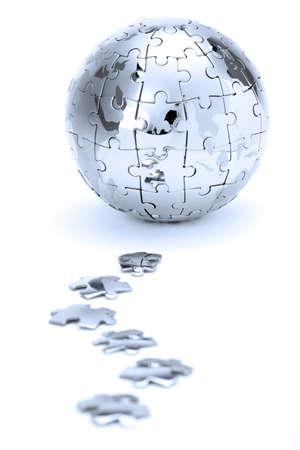global problem: Puzzle metal mundo aislado sobre fondo blanco, en luz azul  Foto de archivo