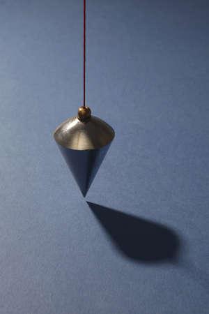 a bob: Plumb vertical sobre fondo azul Foto de archivo