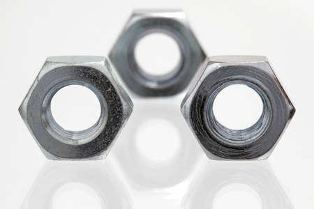 tuercas y tornillos: nueces de metal