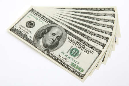 letra de cambio: billetes de 100 dólares sobre fondo blanco