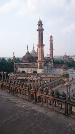 edifice: Bara Imambara