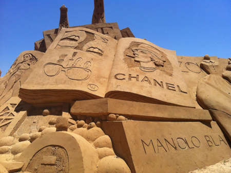 chanel: Chanel fashion sand exhibition