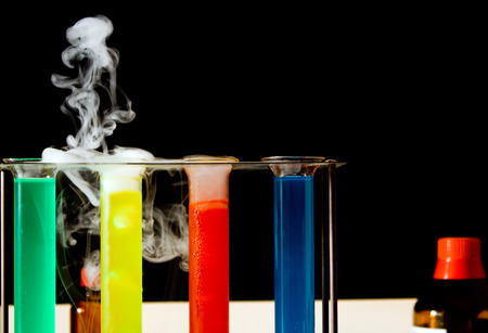 scientific method: escena de laboratorio con tubos de ensayo, l�quidos de colores, botellas Foto de archivo