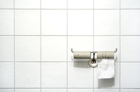 Toilettenpapierhalter mit zwei Rollen, eine leere, eines mit einem Einzelblatt Standard-Bild