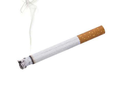 sigaret met een deel van de rook, geïsoleerd op wit Stockfoto