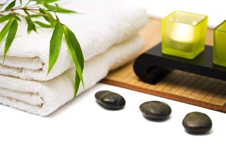 Spa et bien-être encore la vie avec branche de bambou sur des serviettes, des pierres chaudes, des bougies, natte de bambou sur surface blanche, soft focus Banque d'images - 29446234