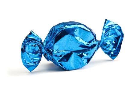 snoep in blauwe wrapper op wit wordt geïsoleerd