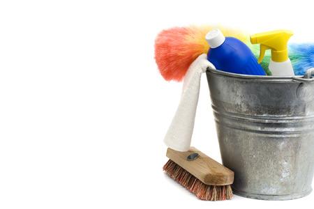 Reinigungsmittel - Eimer, Sprühflasche, Reinigungsmittel, Teppiche, Wäscher, Staubtuch - isoliert auf weiß Standard-Bild - 29446683