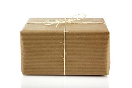 gefesselt: Paket gebunden mit String isoliert auf weiß