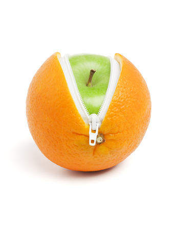 grany smith appel binnen sinaasappelschil met rits, geïsoleerd op wit