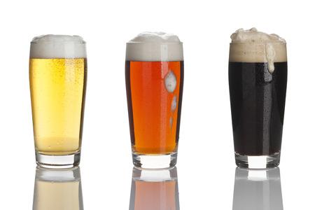 stout: vasos de cerveza de cerveza dorada, cerveza oscura y robusta Foto de archivo