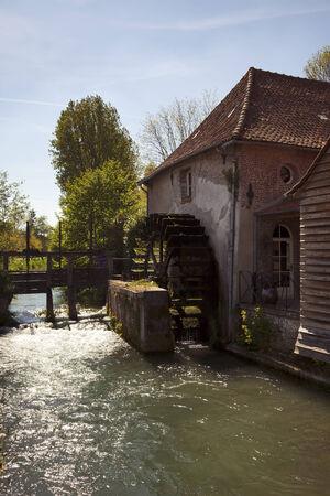 molino de agua: antiguo molino de agua en la Normandía Foto de archivo
