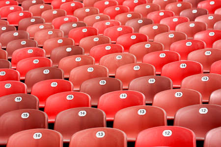 gradas estadio: filas de asiento rojo de las gradas del estadio