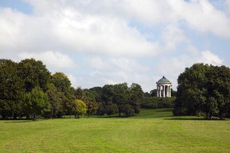 garten: Englischer Garten, Munichs largest park with the Monopteros temple on a hill Stock Photo