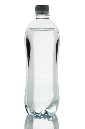 purified: botella de agua purificada de pl�stico aisladas sobre fondo blanco