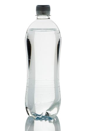 agua purificada: botella de agua purificada de plástico aisladas sobre fondo blanco