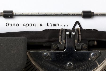 """typewriter: palabras """"�rase una vez"""", escrita con la vieja m�quina de escribir"""