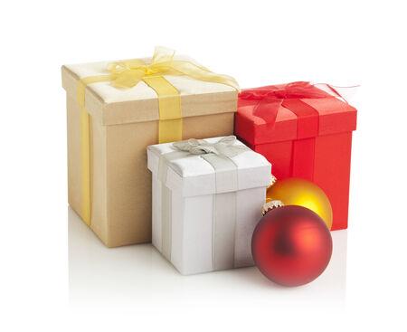 three gift boxes: tres cajas de regalo y dos bolas de navidad aisladas en blanco Foto de archivo