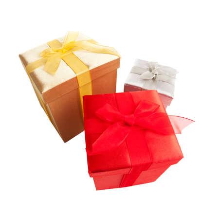 three gift boxes: �ngulo de visi�n amplio de tres cajas de regalo con arcos aislados en blanco Foto de archivo