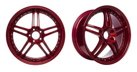 Vista frontale e leggermente ruotata di lucida cerchi in lega verniciati rossi isolato su sfondo bianco Archivio Fotografico