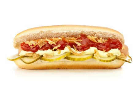 perro caliente: Hot dog danesa original con rodajas de pepino en vinagre, cebolla frita, salsa de tomate y mayonesa aislados en fondo blanco