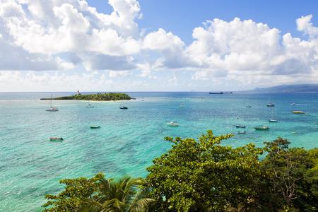 Guadalupe, Antillas Menores: vista desde Le Gosier sobre Dupuy Bay al Îlet du Gosier Foto de archivo - 29490771