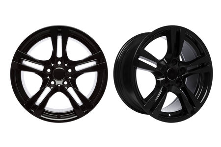 전면보기와 흰색 배경에 고립 된 검은 코팅 된 합금 바퀴의 약간 회전보기 스톡 콘텐츠