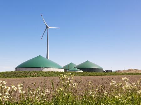Biogasinstallatie en windturbine in landelijke Duitsland Stockfoto