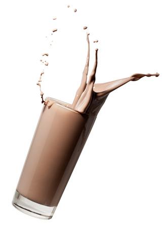 vaso de leche con chocolate o batido cayendo y haciendo un chapoteo, aislado en fondo blanco