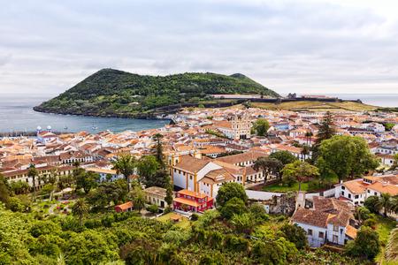 Vista de la ciudad de Angra do Heroísmo con el Monte Brasil en la isla Terceira Foto de archivo - 29492147