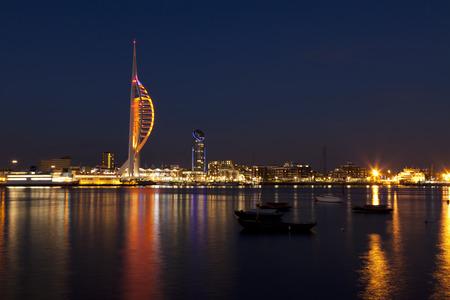 ポーツマス、イングランド、スピナッカー タワーと夜ドックランズのウォーター フロント