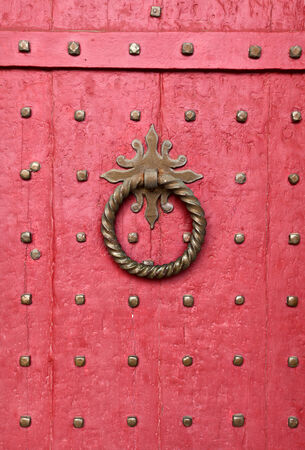 winchester: Doorknocker sulla porta d'ingresso rosso della Cattedrale di Winchester, in Inghilterra