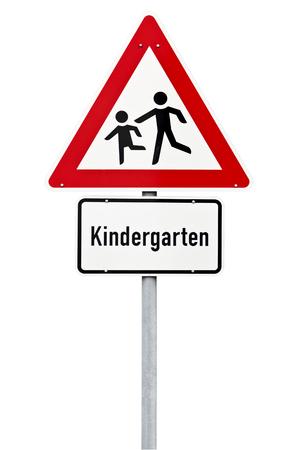 signos de precaucion: Kindergarten se�al de advertencia de tr�fico aislados con saturaci�n camino