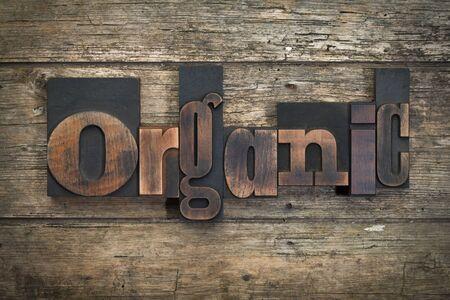 """cartas antiguas: la palabra """"orgánico"""", escrito con los bloques de impresión de tipografía vintage en el fondo de madera rústica"""