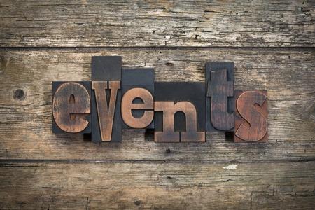 """Palabra """"eventos"""" escritas con bloques de impresión de tipografía de la vendimia en el fondo de madera rústica Foto de archivo - 43758249"""
