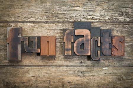 """cartas antiguas: la frase """"hechos de la diversión"""", escrito con los bloques de impresión de tipografía vintage en el fondo de madera rústica"""