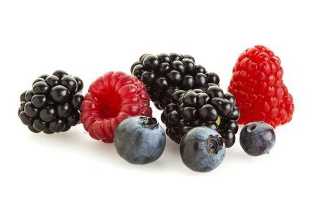 brambleberry: Moras, ar�ndanos y frambuesas aislados sobre fondo blanco