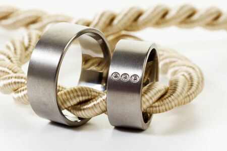 anillos de boda: Par de anillos de boda atado con una cuerda de oro Foto de archivo