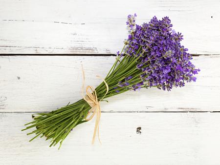 fiori di lavanda: lavanda bouquet su sfondo bianco di legno