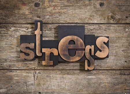 psique: el estrés, la sola palabra configurado con bloques de impresión de tipografía de la vendimia en el fondo de madera rústica