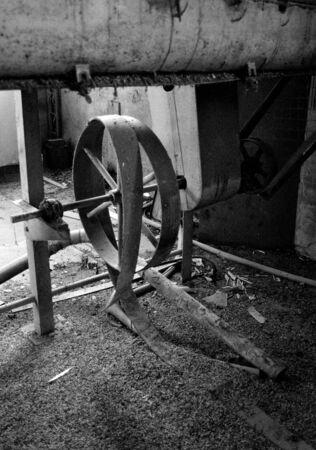 grind: m�quina en una f�brica de molienda de cereales