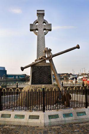 croce celtica: Croce celtica irlandese marinai monumento a Howth porto di Dublino Archivio Fotografico