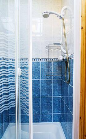 duschkabine: Moderne Duschkabine mit Glast�ren in blau und wei� Lizenzfreie Bilder