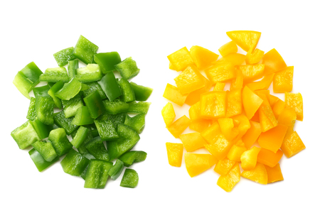 cut slices of green and yellow sweet bell pepper isolated on white background top view Banque d'images - 118686031