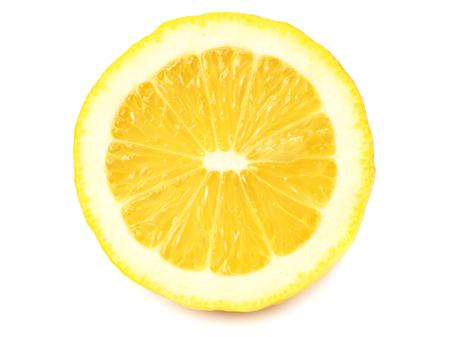 citrons tranchés isolés sur fond blanc.