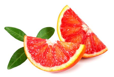 Fetta di arancia rossa con foglia isolata su sfondo bianco