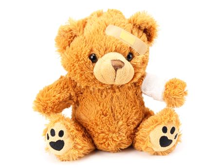 Spielzeug-Teddybär mit Verband isoliert auf weißem Hintergrund Standard-Bild