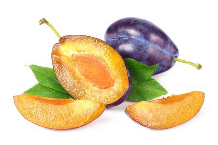 frische Pflaumenfrucht mit grünem Blatt und geschnittenen Pflaumenscheiben isoliert auf weißem Hintergrund Standard-Bild