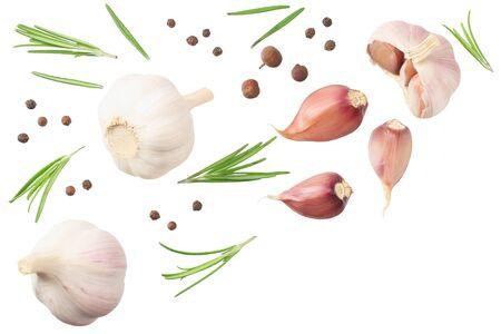 Knoblauch mit Rosmarin, Pfefferkörner und Piment auf weißem Hintergrund. Ansicht von oben