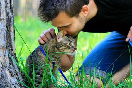 gato atigrado: gato atigrado y su propietario Foto de archivo